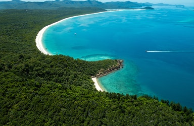 qualia aerial of Whitsunday Island showing qualia Atomic approaching Whitehaven Beach